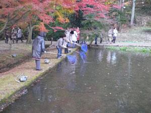社会貢献活動 曽木公園ライトアップ会場を清掃の様子2